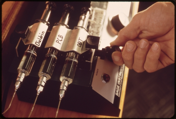 EPA_GULF_BREEZE_LABORATORY_BIOASSAY_WET_LAB__THIS_IS_A_CLOSE-UP_OF_A_SYRINGE_PUMP_WHICH_CONTROLS_THE_RATE_OF_FLOW____-_NARA_-_5463261